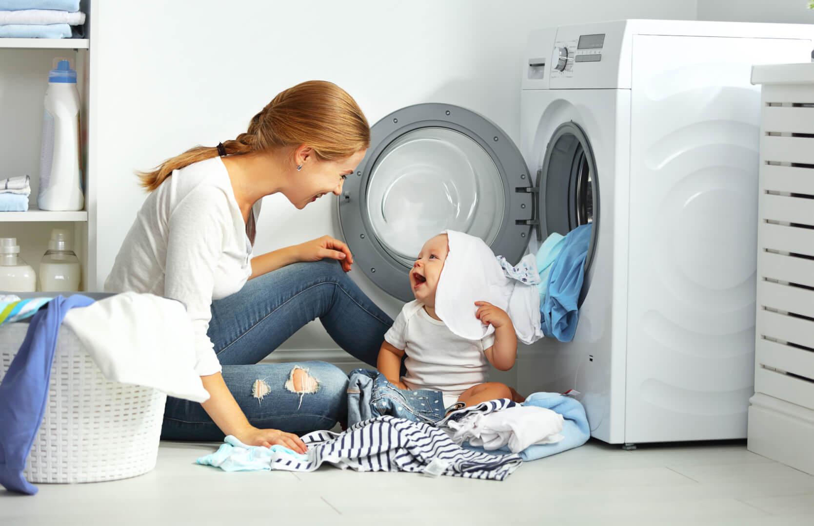 Kvinde vasker tøj
