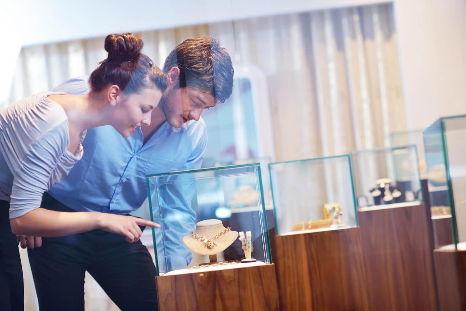 Par køber smykker