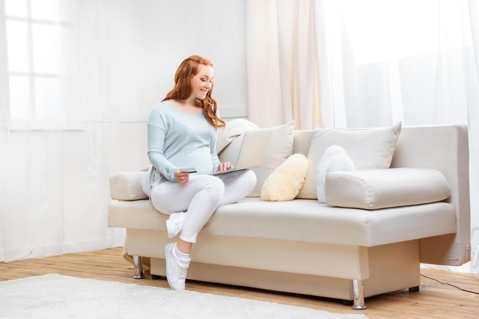 Sofa og kvinde