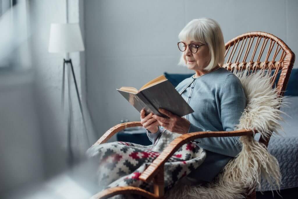 Ældre kvinde læser
