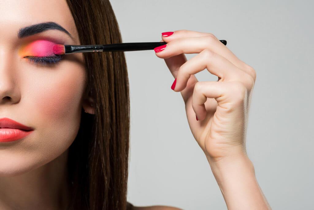 Kvinde bruger makeup