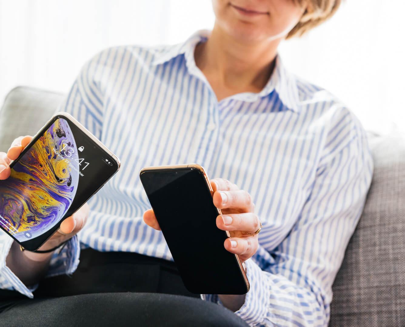 Kvinde sammenligner iPhones