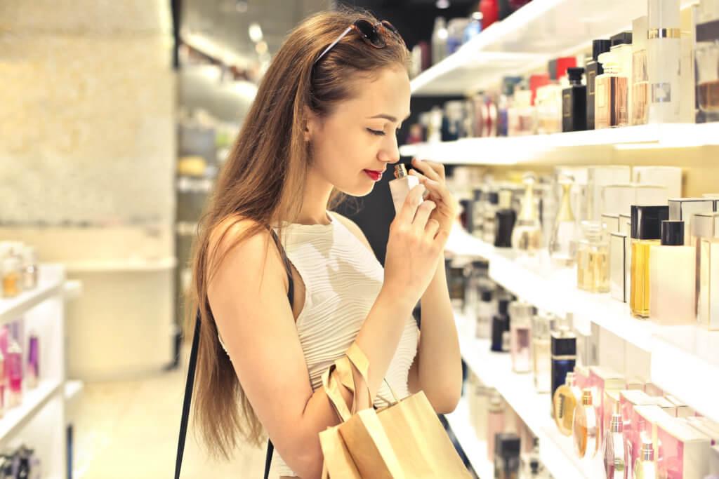Kvinde tester parfume