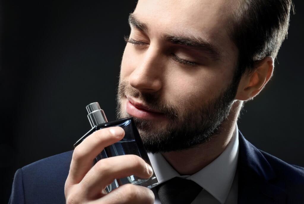 Mand dufter til parfume