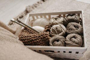 Garn på afbetaling - billede med strikkepinde i kurv