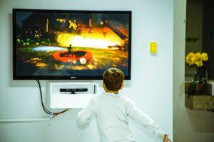 Stort smart TV som et barn spiller på